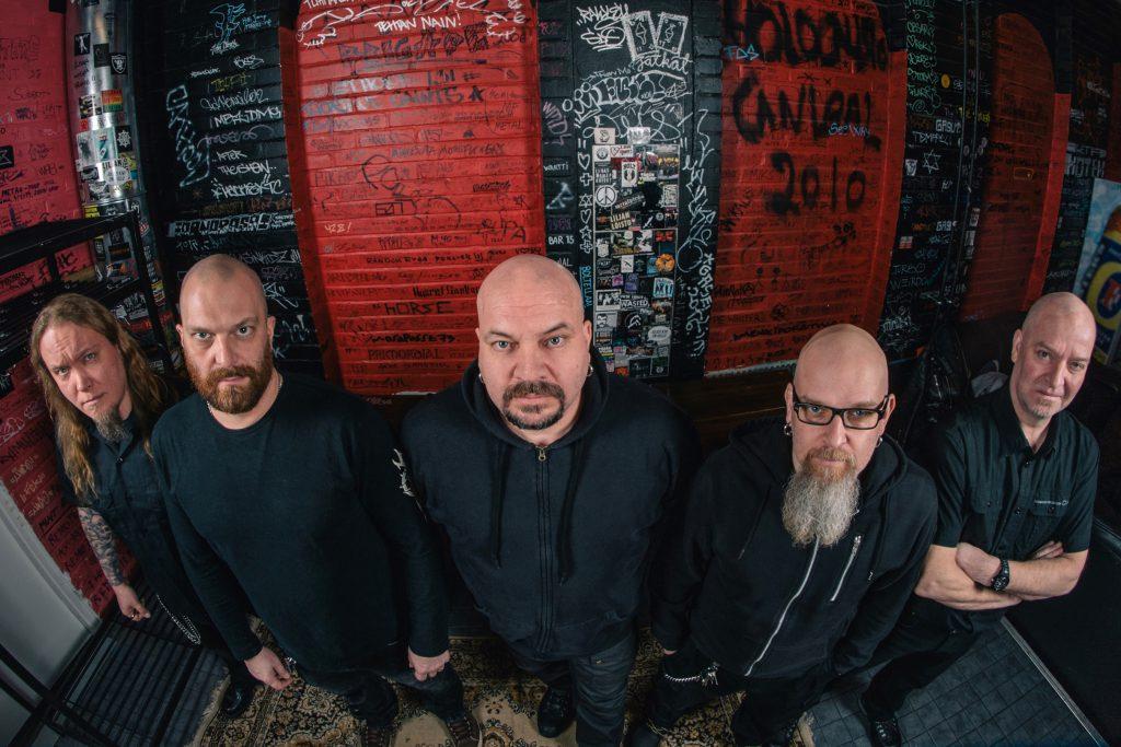 Timo Rautiainen & Trio Niskalaukaus vuonna 2017. Lopunajan merkit -levyn kokoonpanosta ovat mukana kitaristi Jarkko Petosalmi (vasemmalla), laulaja-kitaristi Timo Rautiainen (keskellä) ja rumpali Seppo Pohjolainen (oikealla). Basisti Nils Ursin (toinen vasemmalta) liittyi bändiin vuonna 1999, kitaristi Jari Huttunen (toinen oikealta) vuonna 2002. Kuva: Jaakko Manninen.